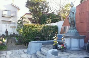東京 桐ケ谷 専修寺墓地中央、観音様と無縁仏園